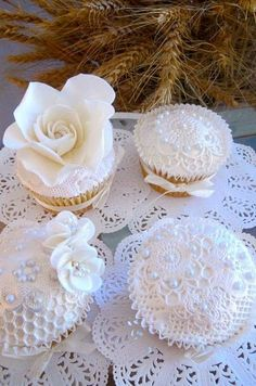 White vintage-inspired wedding cupcakes - love the gorgeous fondant flowers Fondant Cupcakes, Lace Cupcakes, Pretty Cupcakes, Beautiful Cupcakes, Flower Cupcakes, Fun Cupcakes, Wedding Cupcakes, Cupcake Cakes, White Cupcakes