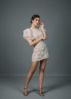 Modelos que enamoran.  #CasamientosAr #Organizaciondecasamientos #Casamiento #Boda #Novias #TipsNupciales #CaminoAlAltar #LookNupcial #LookDeNovia #VestidoDeNovia #VestidoDeNoviaCorto #VestidoDeNoviaParacivil  #VestidoRomantico Pnina Tornai, Monique Lhuillier, Matilda, Marie, Sequin Skirt, Sequins, Formal Dresses, Fashion Mode, Skirts