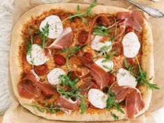 Knuspriger Pizzateig & Tomatensugo, Parmaschinken, Mozzarella & Rucola Rezept