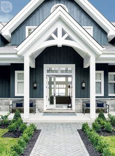 Farmhouse Exterior Design Ideas - The farmhouse exterior design entirely shows the entire design of the house and the household custom as well. The modern farmhouse style is not only for. Cottage, House Entrance, Ontario Cottages, Exterior House Colors, House Styles, Exterior Design, Modern Farmhouse Exterior, Modern Farmhouse, Exterior Decor