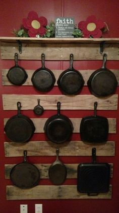 This is a cast iron display but what a great idea for pots and pans in a small space. Wooden Pallet Kitchen Ideas, Wooden Pallets, Pallet Ideas, Kitchen Redo, Rustic Kitchen, Country Kitchen, Kitchen Pegboard, Kitchen Display, Kitchen Pantry