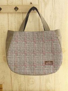 **ぷらむ** ころりんトートバッグの作り方 Sewing Circles, Pouch Pattern, Simple Bags, Harris Tweed, Quilted Bag, Handmade Bags, Leather Fashion, Diy And Crafts, Sewing Projects