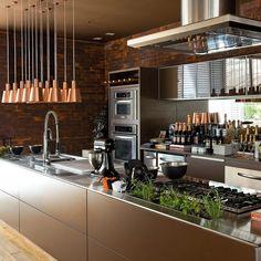 Bom diaaaaa com essa cozinha toda Diva em aço inox detalhe pra hortinha  Visite-nos @decorcool Snap: Decoredecor Project: Autoria Desconhecida  ARCHITECTURE | INTERIORS | GOURMET