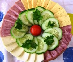 Presentation of meals Meat Trays, Food Platters, Meat Salad, Salad Bar, Food Crafts, Diy Food, Easy Cooking, Cooking Recipes, Fruit Recipes