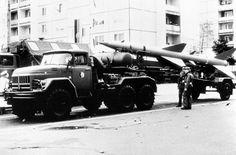 * Míssil S-75 Dvina (=SA-2  Guideline) * Towed by a ZIL-131 truck. Míssil Terra-Ar de alta Altitude.