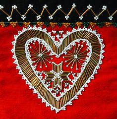 Den fine bringekluten er fra Hardanger og finnes i Hardanger folkemuseums samlinger. Fotograf er Eva Brænd.