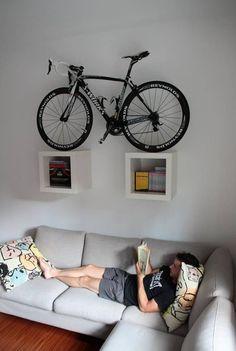 Som den ansvarsfulla kvinna jag är känner jag att efter gårdagens blogg-inlägg måste jag hjälpa till och erbjuda lösningar på smarta sätt att förvara cyklar hemma när de tenderar att bli för många …
