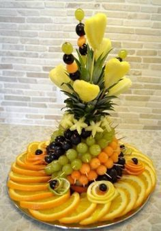 Fruit carving: Fruit sliced on the holiday table - fruit arrangements - Fingerfood Deco Fruit, Fruits Decoration, Food Decorations, Fruit Creations, Vegetable Carving, Food Carving, Fruit Dishes, Fruit Trays, Fruit Buffet