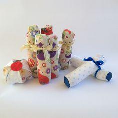 Birilli in cotonina. La sacca contiene: 6 #birilli, una #palla di #cotone e #feltro. Imbottitura in fiocco di #poliestere e #sabbia naturale e #riso per il fondo dei birilli €. 9.90 #handmade