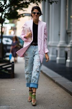 40 Amazing Baggy Jeans Outfit Ideas - Leandra Medine of The Man Repeller wearing an oversized pastel pink blazer with a matching clutch, distressed baggy jeans, and peep-toe sandals Blazer Outfits, Jean Outfits, Cool Outfits, Pretty Outfits, Look Street Style, Street Style Trends, Nyc Fashion, Star Fashion, Fashion Trends