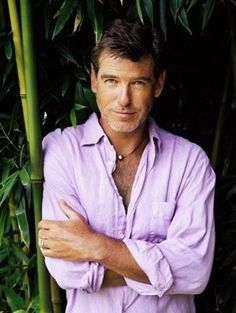 A proper purple shirt of sex. Unbuttoned, showing just a hint of chest hair. James Bond Actors, Outfits Hombre, Actors Male, Old Movie Stars, Pierce Brosnan, Roger Moore, Richard Gere, Sean Connery, Jason Statham