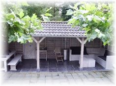 In de achtertuin willen wij een buitenkeuken/verandaatje bouwen die tegen een hoge muur komt te staan. Het moet met een aflopend pannendak zijn, en er moet een betonvloertje worden gestort. Ongeveer 4X3 meter, maar suggesties zijn meer dan welkom. Hij hoeft geen zijpanelen te hebben, dus gewoon een gefundeerde veranda.   Het materiaal is grotendeels aanwezig. (Hout, dakpannen, staalroosters voor beton, etc. Meer materiaal kan nodig zijn, maar dat moeten we dan even overleggen. ) De tuin is…