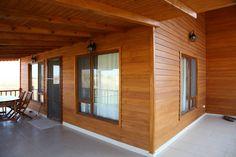 Balcones y terrazas de estilo moderno de kuloğlu orman ürünleri moderno Casa Loft, Loft House, Style At Home, Wooden House Plans, Bamboo House Design, Beautiful Small Homes, Charming House, Cottage In The Woods, Wooden Cabins