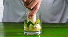 Como fazer uma caipirinha Sangria, Soda Italiana, Cucumber, Drinks, Food, Iced Tea, Juices, Ice, Vitamins