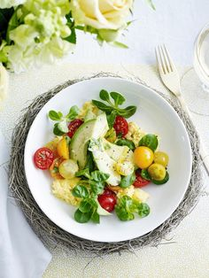 Scrambled eggs with avocado and cherry tomatoes - Libelle Tasty Healthy dish for your br . Healthy Diet Recipes, Healthy Dishes, Vegan Dishes, Healthy Smoothies, Real Food Recipes, Salad Recipes, Healthy Food, Italian Lunch, Raw Vegetables