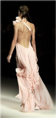 flowy gown / Emanuel Ungaro Fall Winter 2008 - Just love the backless dresses. Cute Fashion, Look Fashion, Runway Fashion, High Fashion, Dress Fashion, Bridal Fashion, Fashion Ideas, Fashion Design, Vestido Dress