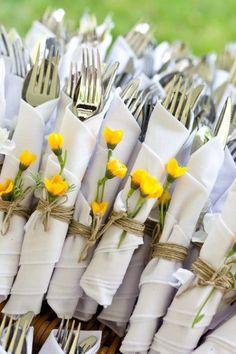 Las flores naturales, los cordeles, la tela arpillera o las cintas de colores pueden ser ideas alternativas y muy acertadas a la hora de presentar los cubiertos a nuestros invitados.