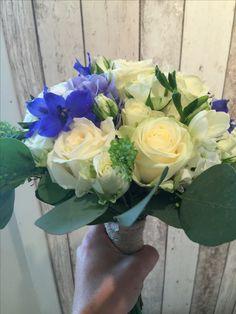 Hvit og blå brudebukett Floral Wreath, Wreaths, Home Decor, Decoration Home, Door Wreaths, Room Decor, Deco Mesh Wreaths, Interior Design, Home Interiors