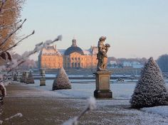 Glorious #snowscape at Château de #VauxLeVicomte, Maincy, France . ***To watch a short video on the chateaux & gardens visit: vaux-le-vicomte.com . . Source/Credit/Photo: hortibus.blogspot.com . . . . #AndreLeNotre#parterre #boxwood #topiary #buxus #landscape_lovers #style #elegant #europa #savoygardens #jardin #travel #savoyhomesandgardens #chateau #outdoors #madrid #gardening #paris #nature #instagarden #picoftheday #Photooftheday #london #instadaily #instagood #bestoftheday #trees…