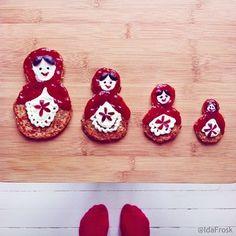 パンケーキで作られたなんともかわいいマトリョーシカ。 顔とエプロンの白い部分はヨーグルト、赤い部分はジャムでできているようです。
