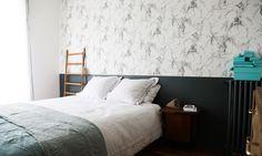 The Socialite Family | Chambre parentale chez Amélie Colombet. #famille #family #améliecolombet #architecteintérieur #interiorarchitect #âmdeco #inhale #paris #parisianstyle #bedroom #chambre #wallpaper #papierpeint #wood #bois #linen #inspiration #ideas #thesocialitefamily