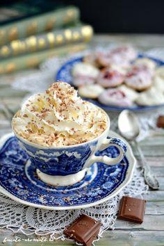 O cafea deosebită, pentru clipele voastre de răsfăţ. Aromată cu lichior de ciocolată, ornată cu frişcă naturală şi ciocolată rasă. Yummy Food, Cooking, Breakfast, Pie, Morning Coffee, Delicious Food, Kochen, Brewing, Morning Breakfast