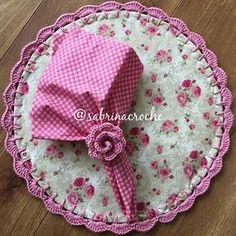 Jogo americano Crochet Mat, Love Crochet, Crochet Flowers, Sewing Hacks, Sewing Projects, Christmas Dining Table, Crochet Edging Patterns, Crochet Home Decor, Craft Markets