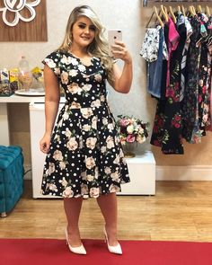 Image may contain: 1 person, standing Latest Fashion Clothes, Modest Fashion, Skirt Fashion, Fashion Outfits, Curvy Outfits, Modern Outfits, Red Bridesmaid Dresses, Vestidos Vintage, Floral Fashion