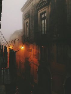 l´ombre des jours ☁️ spooky mist descends upon the city, all hlows eve is night urban dark clair obscur urban street landscape Beautiful Places, Beautiful Pictures, Autumn Cozy, Shooting Photo, Mists, Scenery, Images, Steampunk, In This Moment