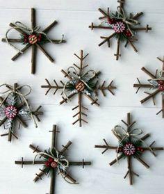 flacons de neige décoratifs, composés de petits bâtons, de boutons et d'aiguilles de pin, deco noel a fabriquer