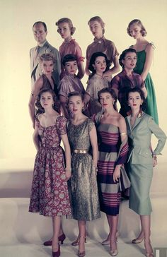 Eleven models wearing dresses by designer Henry Rosenfeld Henry Rosenfeld 1951 (includes Suzy Parker lower left and Dovima lower right) Photo Gjon Mili Vintage Fashion 1950s, Fifties Fashion, Look Vintage, Vintage Mode, Vintage Beauty, Vintage Ladies, Vintage Ideas, Foto Fashion, Fashion History