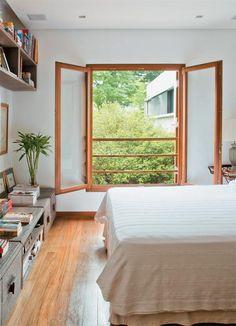 Na suíte do casal, como em outras partes da casa, o vão da janela foi mantido e ganhou uma nova esquadria. Com vidro transparente, ela clareia mais o interior do que o modelo antigo, de material fosco.