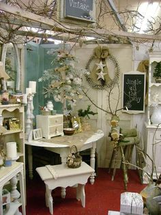 34 Ideas for furniture store display boutiques shabby chic Antique Booth Displays, Antique Booth Ideas, Antique Mall Booth, Vintage Display, Antique Shops, Shabby Chic Trunk, Shabby Chic Cottage, Shabby Chic Furniture, Shabby Chic Decor