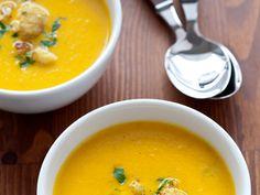 Pyszna i gęsta. Niby zwykły kalafior, ale z dodatkiem curry zyskuje niecodzienny smak! Jeśli, tak jak my, jesteście fankami kalafiorowej, koniecznie musicie spróbować tej wariacji! Naprawdę warto!