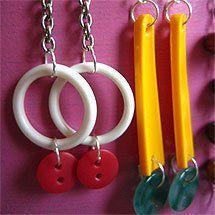 Örhängen av plastringar, skaftet till plastskedar och fina knappar