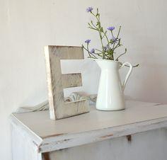 Letra E de madera reciclada y pintada con Chlak Pain de Annie Sloan