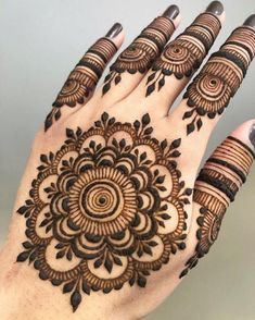 Are you interested to adore simple mehndi designs on palm on chand rat? Mojaritoy of the girls and women move to the mehndi artists or saloons for the best mehndi design. Round Mehndi Design, Palm Mehndi Design, Back Hand Mehndi Designs, Mehndi Designs Book, Finger Henna Designs, Mehndi Designs 2018, Mehndi Designs For Beginners, Mehndi Designs For Girls, Mehndi Design Photos