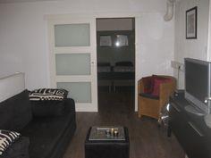 www.debergpoort.nl Luxe bed and breakfast in Deventer. Centrum. Eigen opgang. Boven heeft het B&B een eigen lounge met breedbeeld tv, muziekinstalatie en dvd speler.