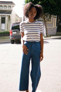 T-shirt a righe bianche e nere (H&M), jeans a gamba larga (Zara), Converse basse nere.