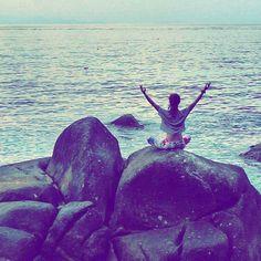 Nature makes me feel calm. Yoga makes me feel whole. Both applied at the beginning of the day make my day beautiful.  How does it make you feel? Do you like peaceful mornings like this?  #thailand #tajlandia #kohtao #rocks #sunrise #islandlife #polishgirl #padmasana #jeeyoga #blogger #yogajourneys #yogaretreat #wyjazdyzjogą #wakacjezjogą #simplelife #wyspiarskieżycie #wschódsłońca #sea #morze #wanderlust #travelblog #podróże #travel #instatravel #relax #relaks #backpacker #yoga #yogagirl…