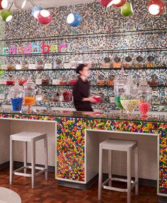 Use glass as end cap on island - fill with gumballs or marbles Gum ball candy bar counter in Quicken Loans downtown office Dylan's Candy, Candy Shop, Candy Store Design, Cafe Interior, Interior Design, Bar Counter Design, Candy Bouquet Diy, Candy Videos, Ikea Shelves