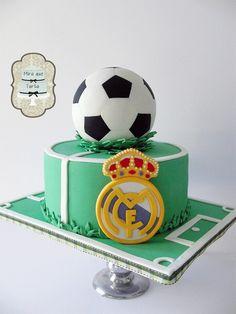 Tarta real madrid by Soccer Birthday Cakes, Sports Birthday, Soccer Cakes, Soccer Party, Fondant Cakes, Cupcake Cakes, Cupcakes, Torta Real Madrid, Groomsman Cake