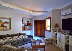 A planta do piso térreo possui ainda um lavabo. No pavimento superior da casa, uma sala íntima mantém a privacidade dos moradores e seus convidados, seja para assistir TV ou para as sessões de leitura.