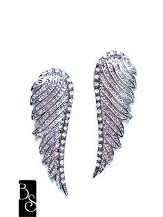 Brinco em formato de asas em banho níquel, com strass crystal. Bijuteria. Mede  5 cm de altura R$35,00