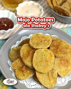 Shakey's Style Potato Mojos Recipe - These Mojos are seasoned potato rounds that are deep-fried and best paired with fried chicken. Egg Recipes, Potato Recipes, Appetizer Recipes, Dinner Recipes, Cooking Recipes, Filipino Appetizers, Filipino Dishes, Filipino Food, Mojo Potatoes