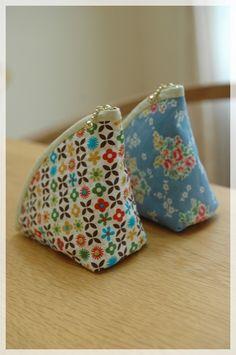 Small Coin Purse, Coin Bag, Diy Bag Designs, Coin Purse Tutorial, Triangle Bag, Art Bag, Handmade Purses, Fabric Bags, Quilted Bag