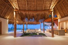 casa con techo de paja en la playa yucatan | Diseño de moderna casa de playa hecha de madera, bambú y paja [Fotos ...