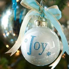 kerstbal beschrijven met lijm en bestrooien met glitter