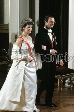 Oslo 19870221. Kronprins Harald fyller 50 år. Her kong Carl XVI Gustaf og kronprinsesse Sonja i hvit stroppeløs gallakjole og diadem. Foto: Olav Hasselknippe
