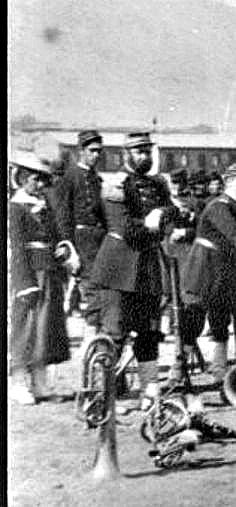 CANTINERA DEL EJERCITO DE CHILE DURANTE LA GUERRA DEL PACIFICO CHILEAN VIVANDIER AT THE PACIFIC WAR SHE IS POSING WITH OFFICERS OF THE 2º LINE REGIMENT. SHE WAS PROBABLY ONE OF THE DEAD VIVANDIERS AT THE TARAPACÀ GORGE (1879)
